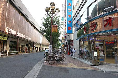西武新宿駅の道なり