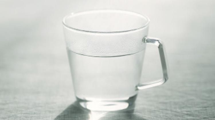 温かいお湯を飲んで冷え性を改善