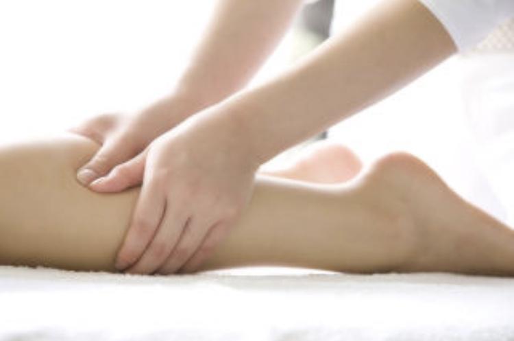 足のむくみはふくらはぎのマッサージで解消