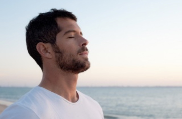 強い緊張や不安を感じるときは呼吸を意識しよう