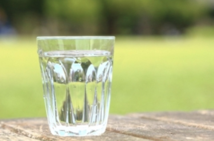 熱中症予防のためにこまめに水分補給を