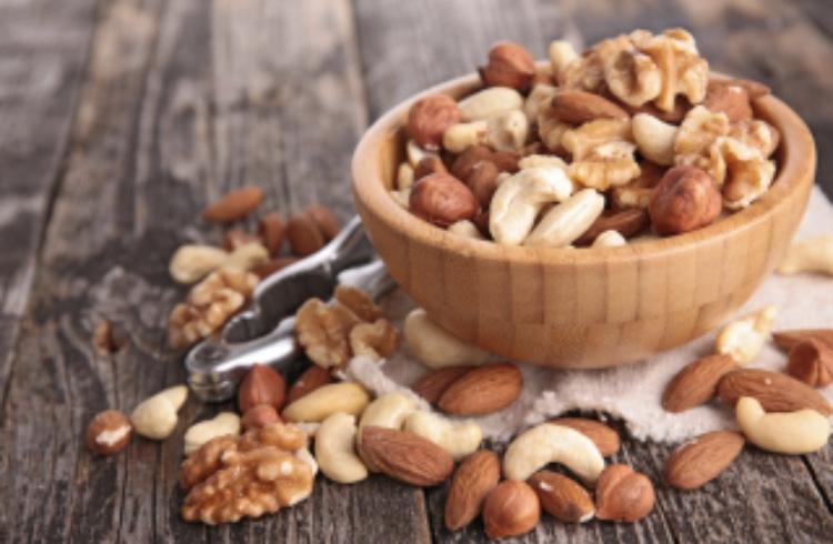 いろいろなナッツを食べて栄養補給