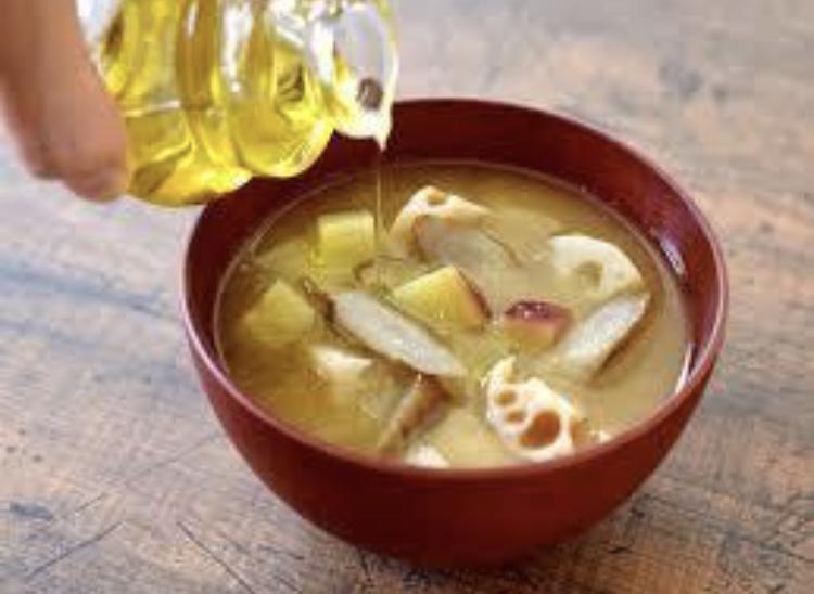 味噌汁にオリーブオイルを取り入れる